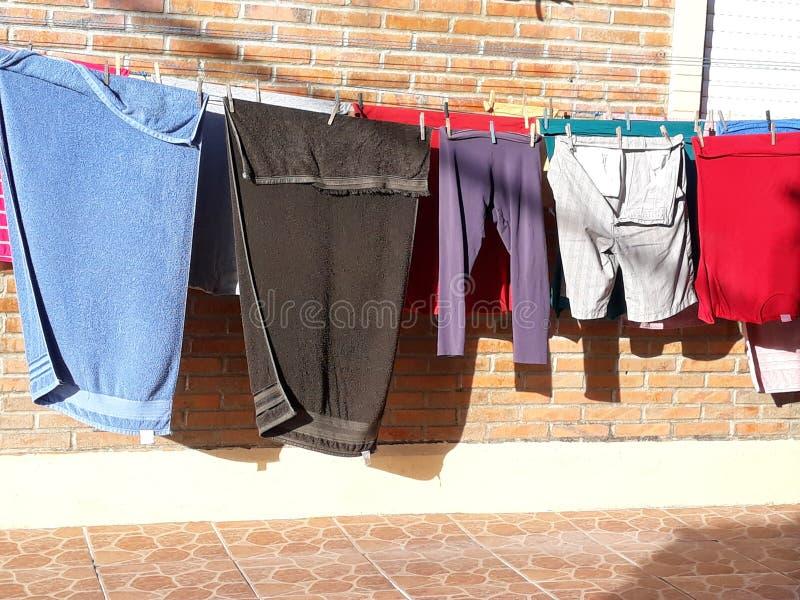 färgrik kläder som torkar på klädstrecket fotografering för bildbyråer