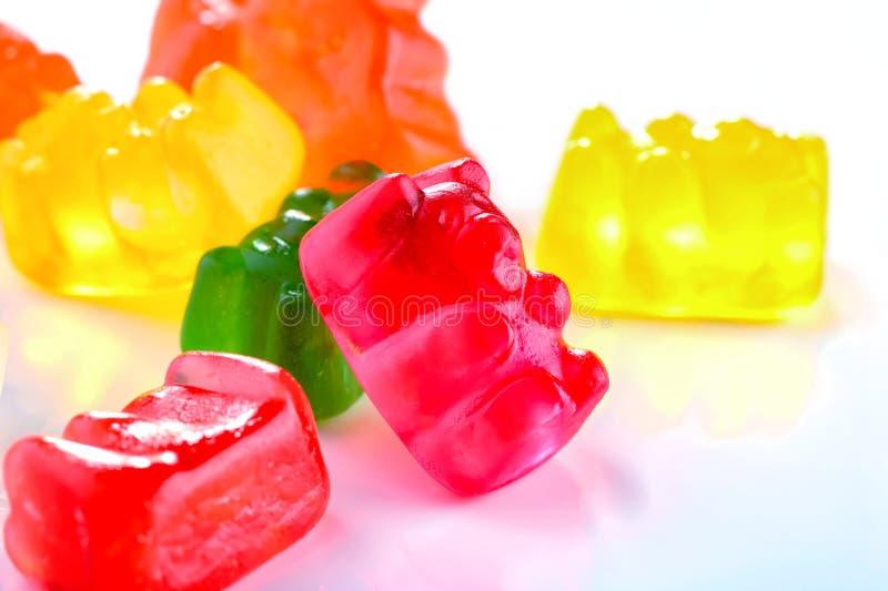 Färgrik klibbig närbild för godisar för björnfruktgelé på vit bakgrund royaltyfri bild