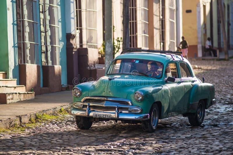 Färgrik kolonial gammal stad med den klassiska bilen, byggnad, kullerstengata i Trinidad, Kuba, Amerika royaltyfri bild