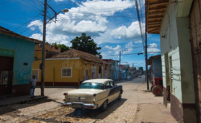 Färgrik kolonial karibisk åldrig stad med kullerstengatan, den klassiska bilen och huset, Trinidad, Kuba, Amerika arkivfoton