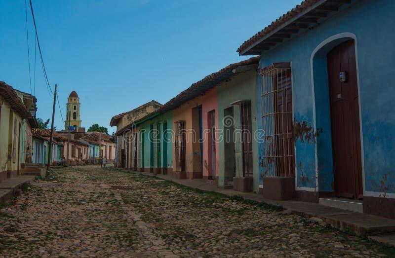 Färgrik kolonial karibisk historisk stad med den härliga kullerstengatan, kyrkan och huset, Trinidad, Kuba, Amerika arkivfoto
