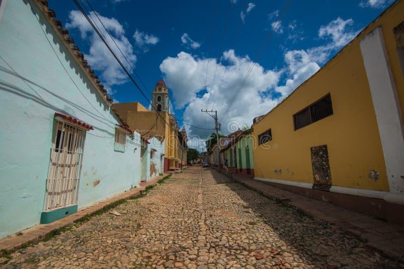 Färgrik kolonial karibisk historisk stad med den härliga kullerstengatan, kyrkan och huset, Trinidad, Kuba, Amerika royaltyfria bilder