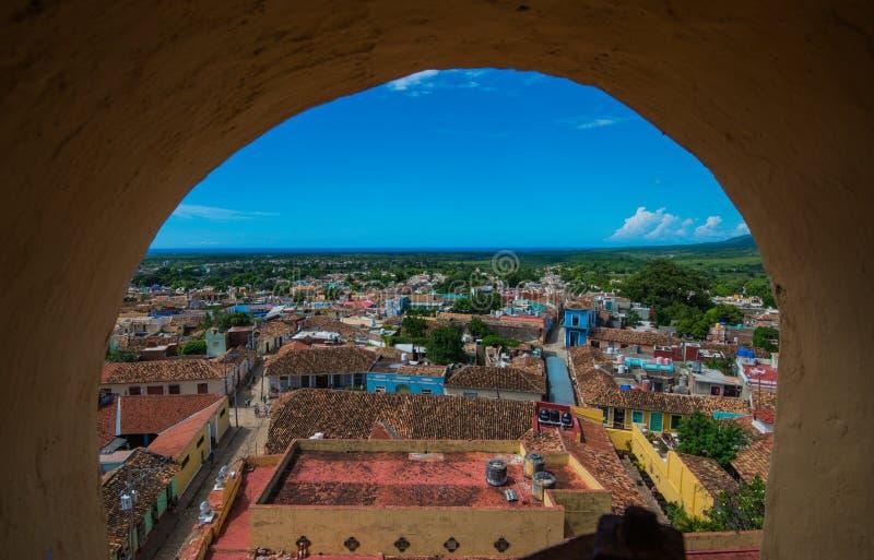 Färgrik kolonial karibisk stadsöverblick med havet och himmel, Trinidad, Kuba, Amerika arkivfoto