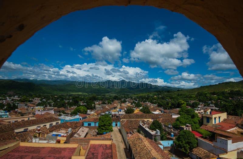 Färgrik kolonial karibisk stadsöverblick med klassisk byggnad och berg och himmel, Trinidad, Kuba, Amerika royaltyfria bilder
