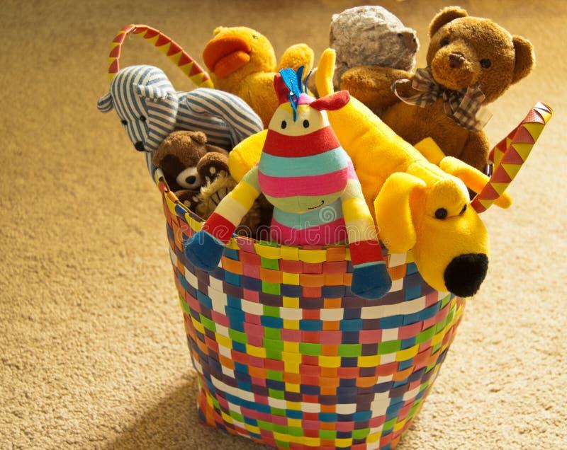 Färgrik korg med flotta leksaker royaltyfri foto