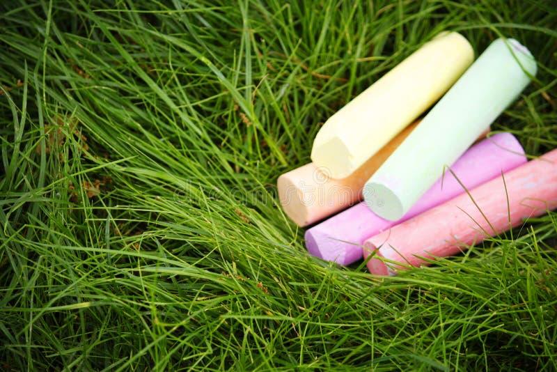 Färgrik krita på en bakgrund för grönt gräs kopiera avst?nd fotografering för bildbyråer