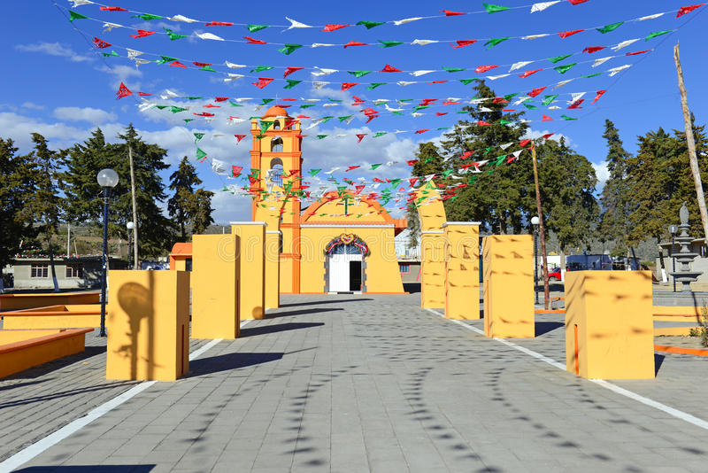 Färgrik kyrka, Mexico arkivfoto