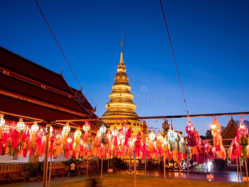 Färgrik lampa och lykta i Loi Krathong Wat Phra That Haripunc arkivbild