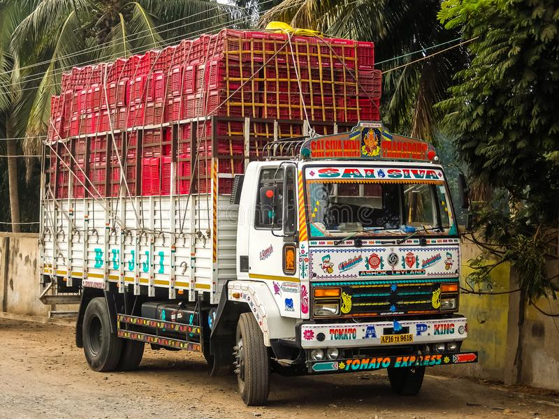 Färgrik lastlastbil med rika dekorativa målningar som är typiska för lastbilarna i Indien fotografering för bildbyråer