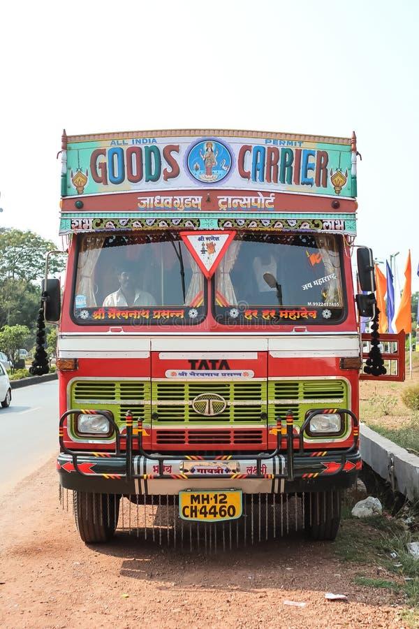 Färgrik lastlastbil under en blå himmel för sommar med rika dekorativa målningar som är typiska för lastbilarna i Indien royaltyfri foto
