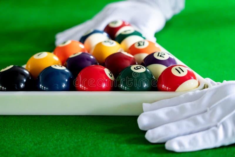 Färgrik lek för billiard- och snookerbollpöl på den blåa tabellen, avkopplingsporten och lyckabegreppet fotografering för bildbyråer