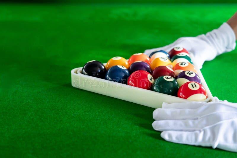 Färgrik lek för billiard- och snookerbollpöl på den blåa tabellen, avkopplingsporten och lyckabegreppet royaltyfria foton