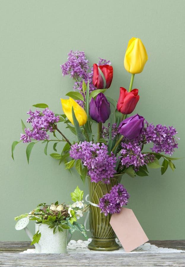 färgrik lila fjädertulpanvase arkivfoto