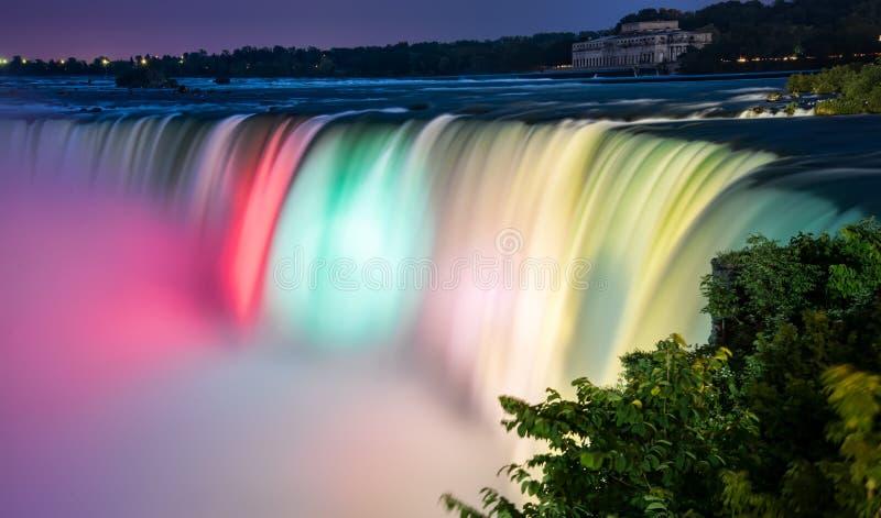 Färgrik Lit Niagara Falls arkivbild
