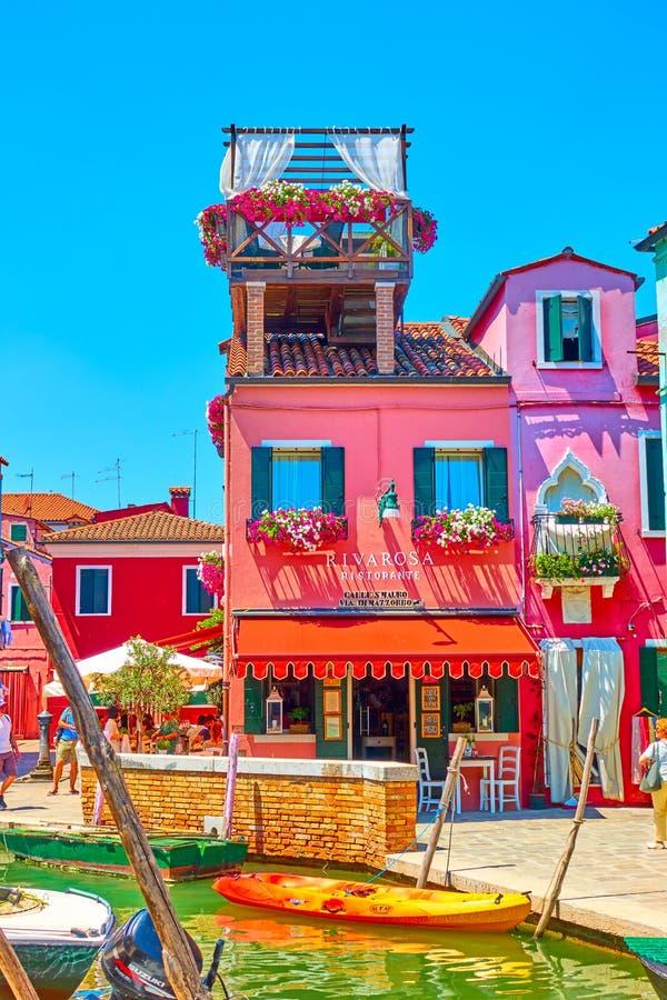 Färgrik liten restaurang i Burano royaltyfri fotografi