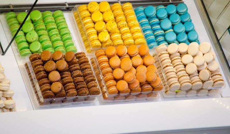 Färgrik liten rund ljusbrun Macaron skärm i en bakelse shoppar arkivbild