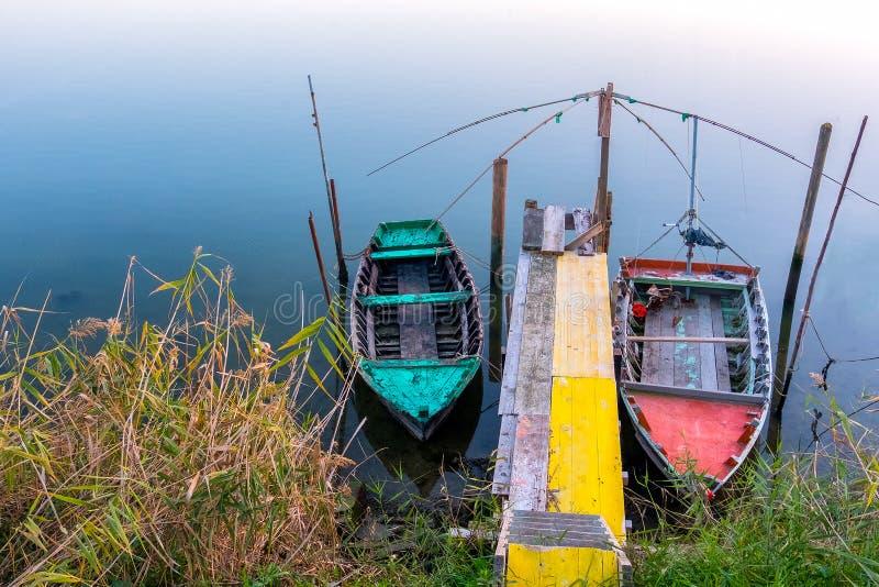 Färgrik liten sjö för solnedgång för litet fartyg för skeppsdocka royaltyfri foto