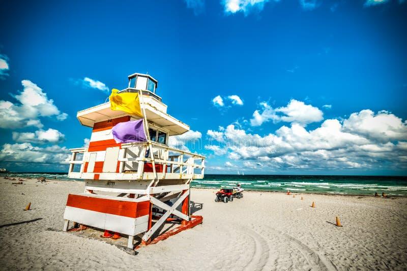 Färgrik livräddarekoja i södra strand fotografering för bildbyråer