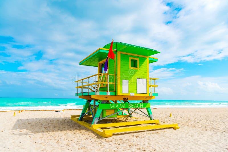Färgrik livräddarekoja i världen berömda Miami Beach arkivbilder