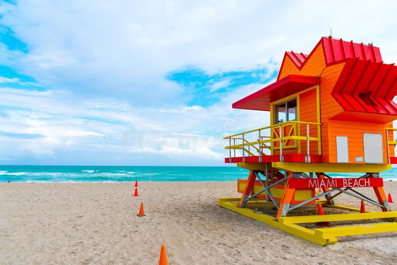 Färgrik livräddarekoja under en molnig himmel i Miami Beach royaltyfria bilder