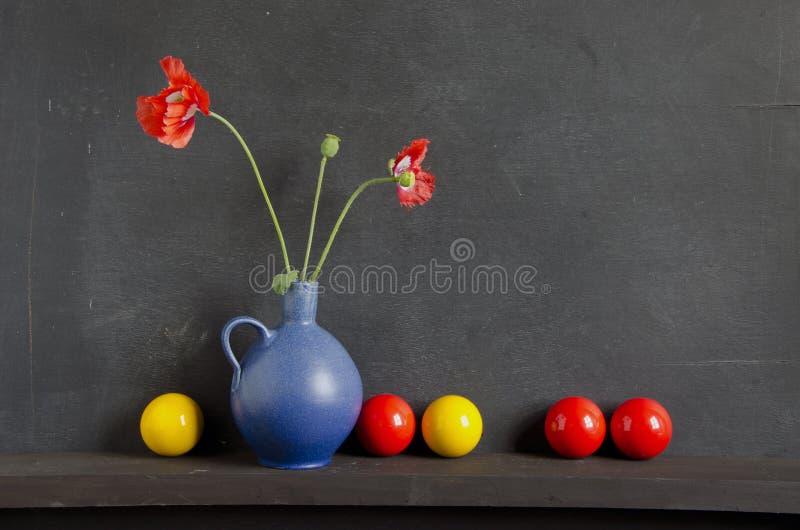 färgrik livstidsvallmo för bollar fortfarande royaltyfria bilder