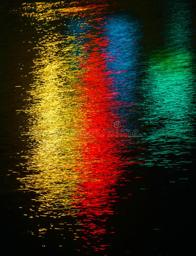 Färgrik ljus reflexion på vattnet arkivfoton