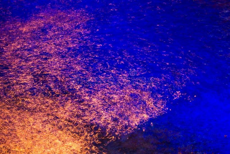 Färgrik ljus reflexion på vattnet arkivbild