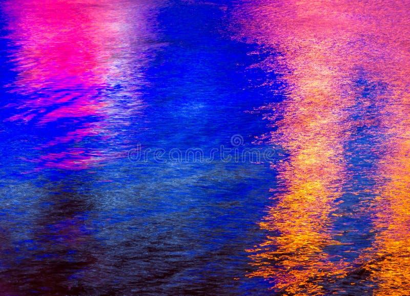 Färgrik ljus reflexion på vattnet royaltyfri foto