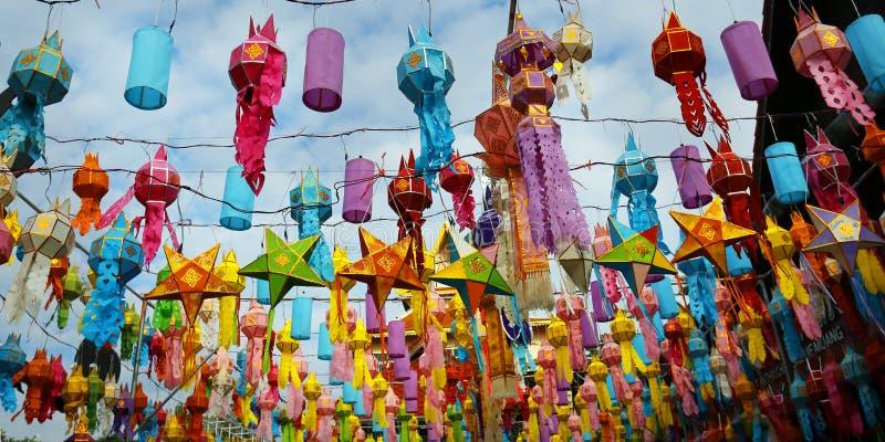 Färgrik lykta under Loy krathongfestival CHIANG MAI THAILAND royaltyfri bild