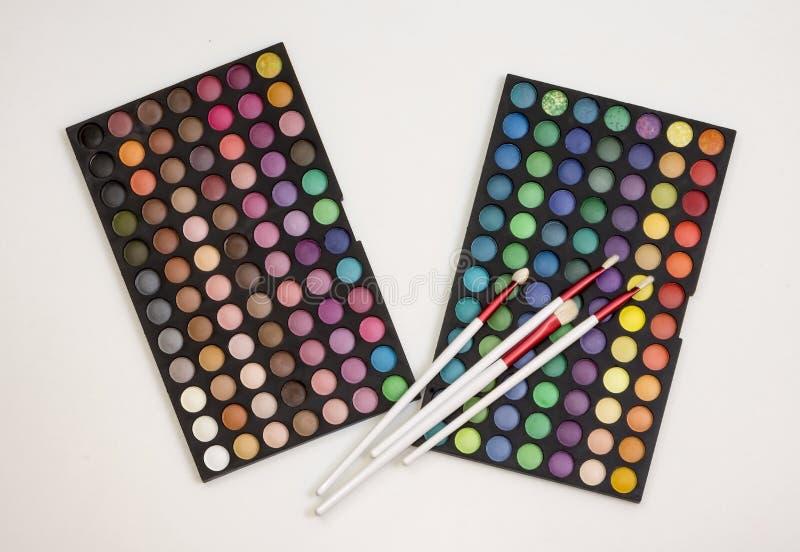 Färgrik makeupuppsättning av ögonskuggor och borstar arkivfoto