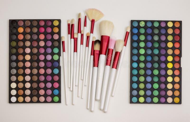Färgrik makeupuppsättning av ögonskuggor och borstar royaltyfri foto