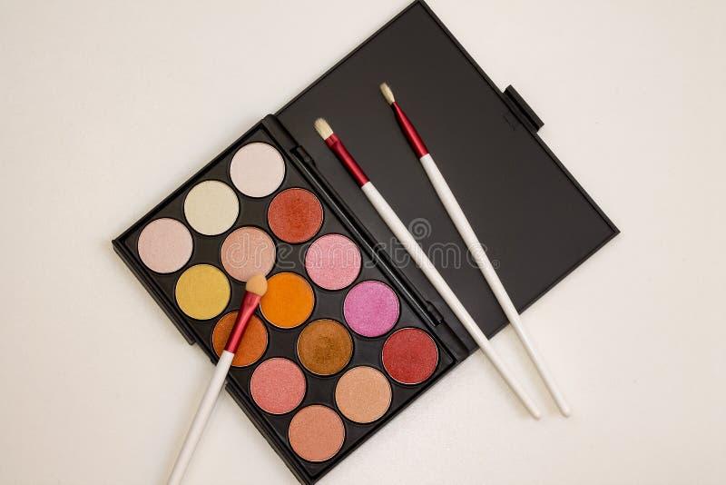 Färgrik makeupuppsättning av ögonskuggor och borstar royaltyfria bilder