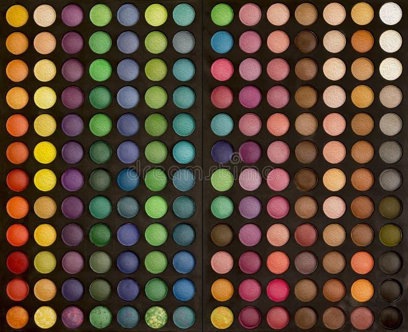Färgrik makeupuppsättning av bakgrund för ögonskuggor fotografering för bildbyråer