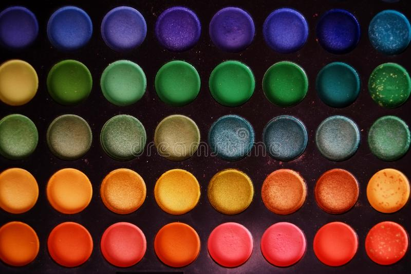 Färgrik makeupuppsättning av bakgrund för ögonskuggor royaltyfria bilder