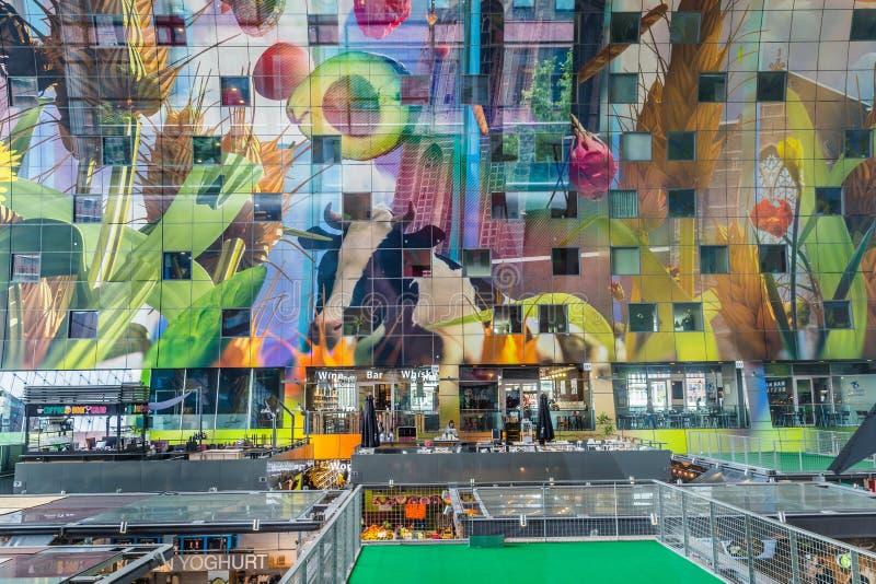 Färgrik marknad Hal i Rotterdam Holland arkivbild
