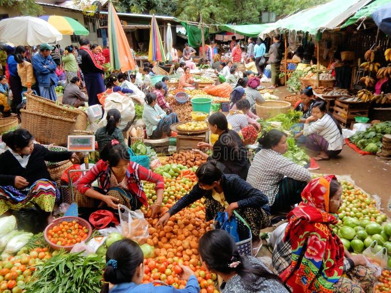 Färgrik matmarknad Myanmar med frukter, grönsaker och lokal befolkning arkivfoton