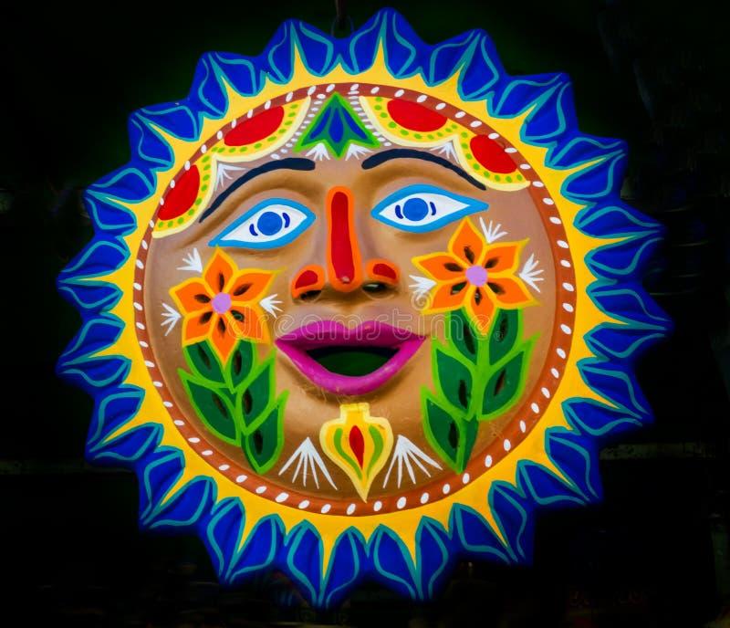 Färgrik mexicansk keramisk solframsidahemslöjd Oaxaca Juarez Mexico arkivbild