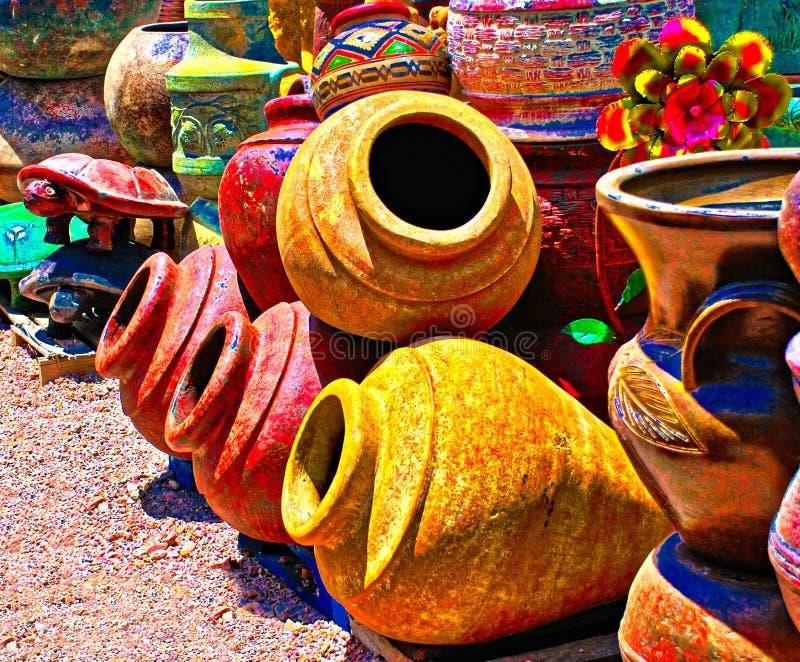 Färgrik mexicansk krukmakeri shoppar i sydvästerna royaltyfria bilder