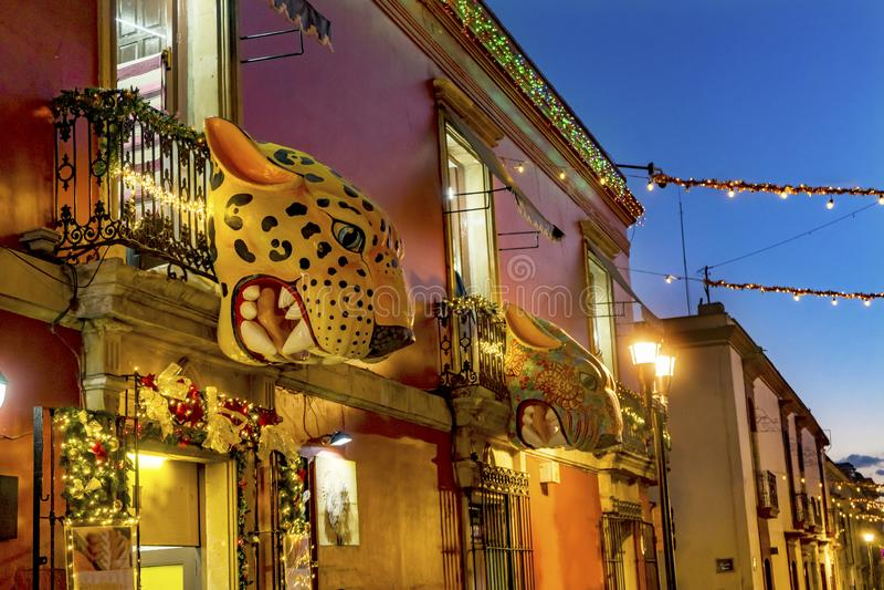 Färgrik mexicansk röd gul gataOaxaca afton Juarez Mexico royaltyfria foton