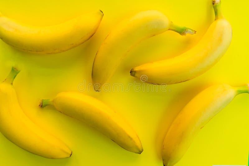 Färgrik modellbakgrund av nya bananer på en gul bakgrund Top besk?dar arkivbild