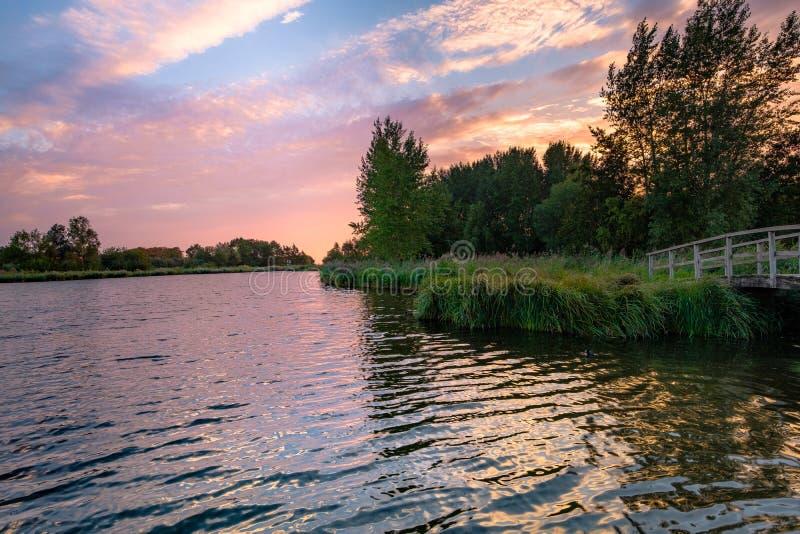 Färgrik molnig himmel med solnedgång över en härlig natur med sänkan royaltyfria bilder