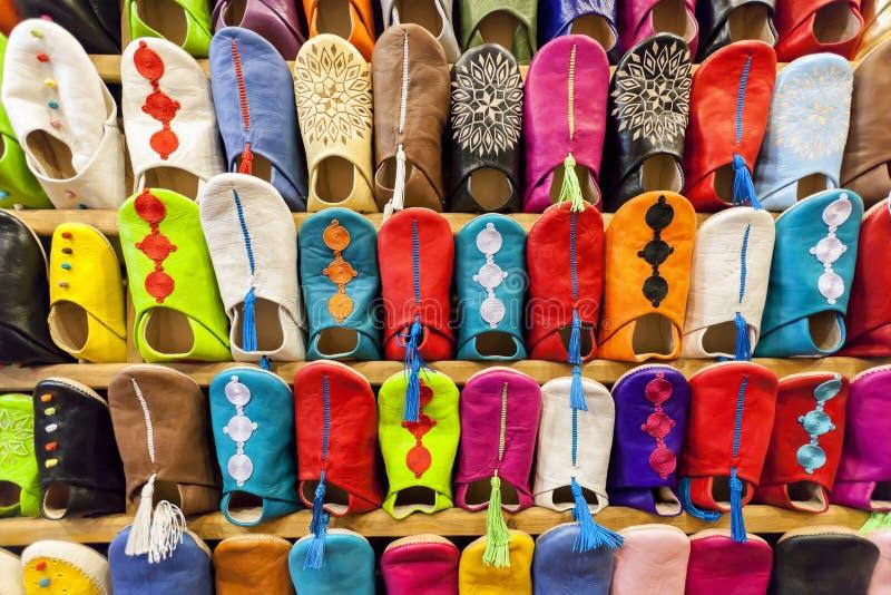 Färgrik moroccan babouch skor häftklammermatare. arkivbild