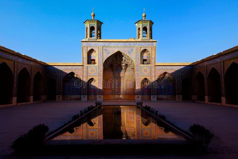 Färgrik moské Nasir al Mulk i Shiraz Reflexionen bevattnar in iran persia royaltyfri bild