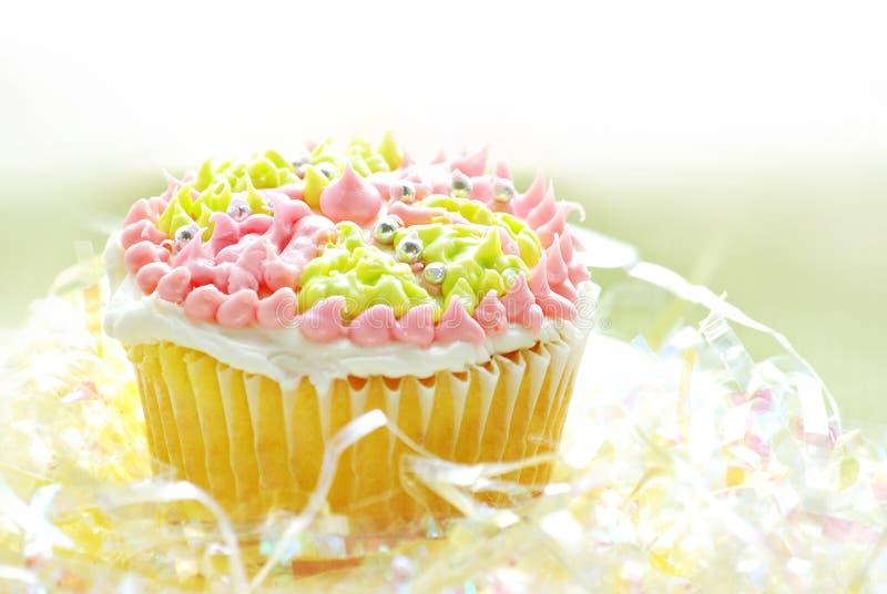färgrik muffinglasyr på kaka arkivbilder
