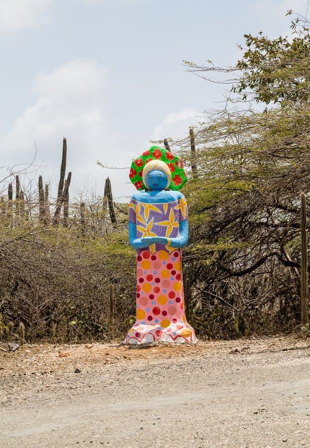 Färgrik murbrukstaty i öken royaltyfri fotografi