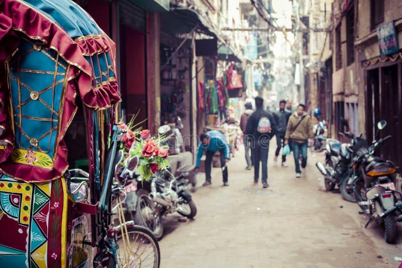Färgrik nepalese rickshaw i gatorna av Katmandu arkivbild
