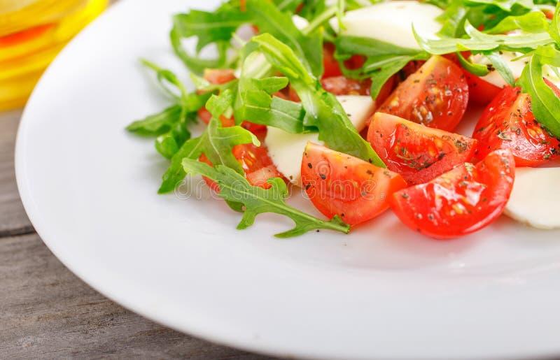 Färgrik ny sallad med mozzarellaen royaltyfria foton