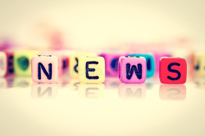 Färgrik ordkub av nyheterna arkivbild