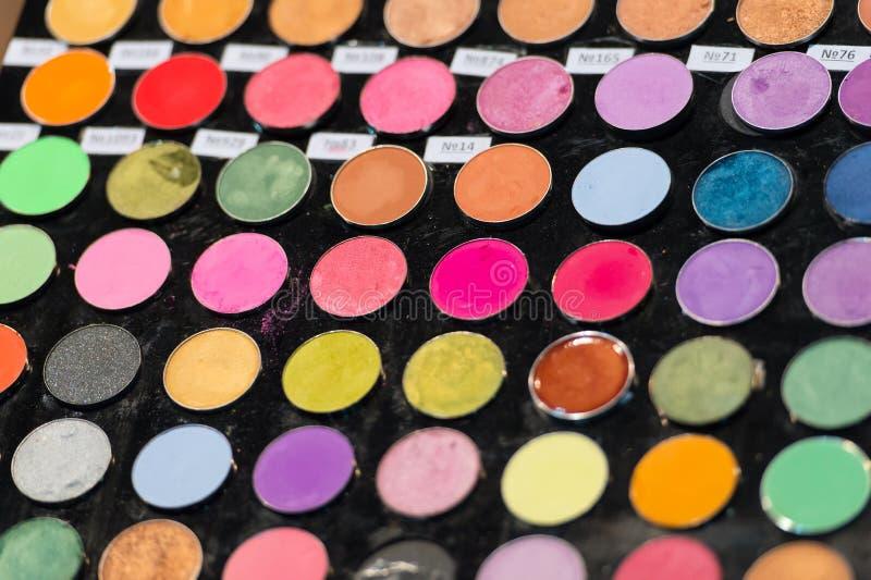 Färgrik palett för sminkögonskuggor Makeupbakgrund royaltyfria foton