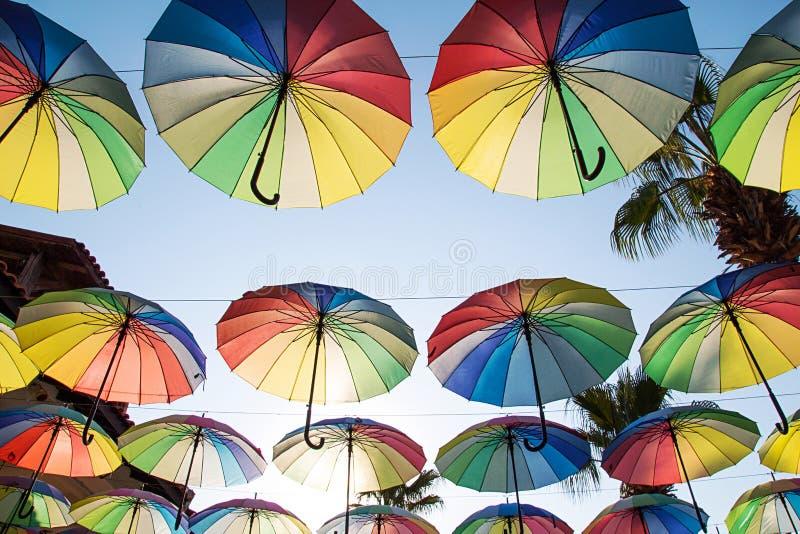 Färgrik paraplybakgrund Mång--färgade paraplyer i himlen royaltyfria bilder
